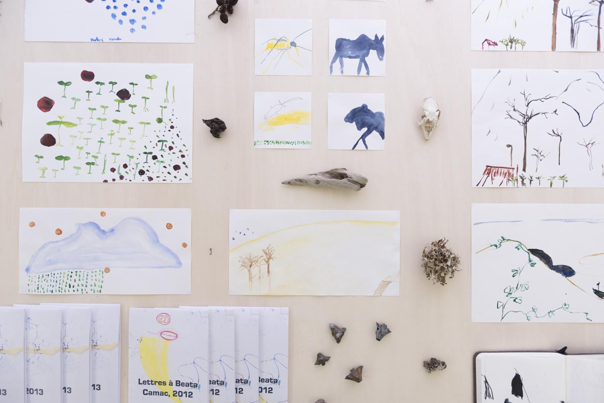 Pohľad do výstavy v GJK v Trnave, stôl  s kresbami a nájdenými predmetmi Foto: Adam Šakový