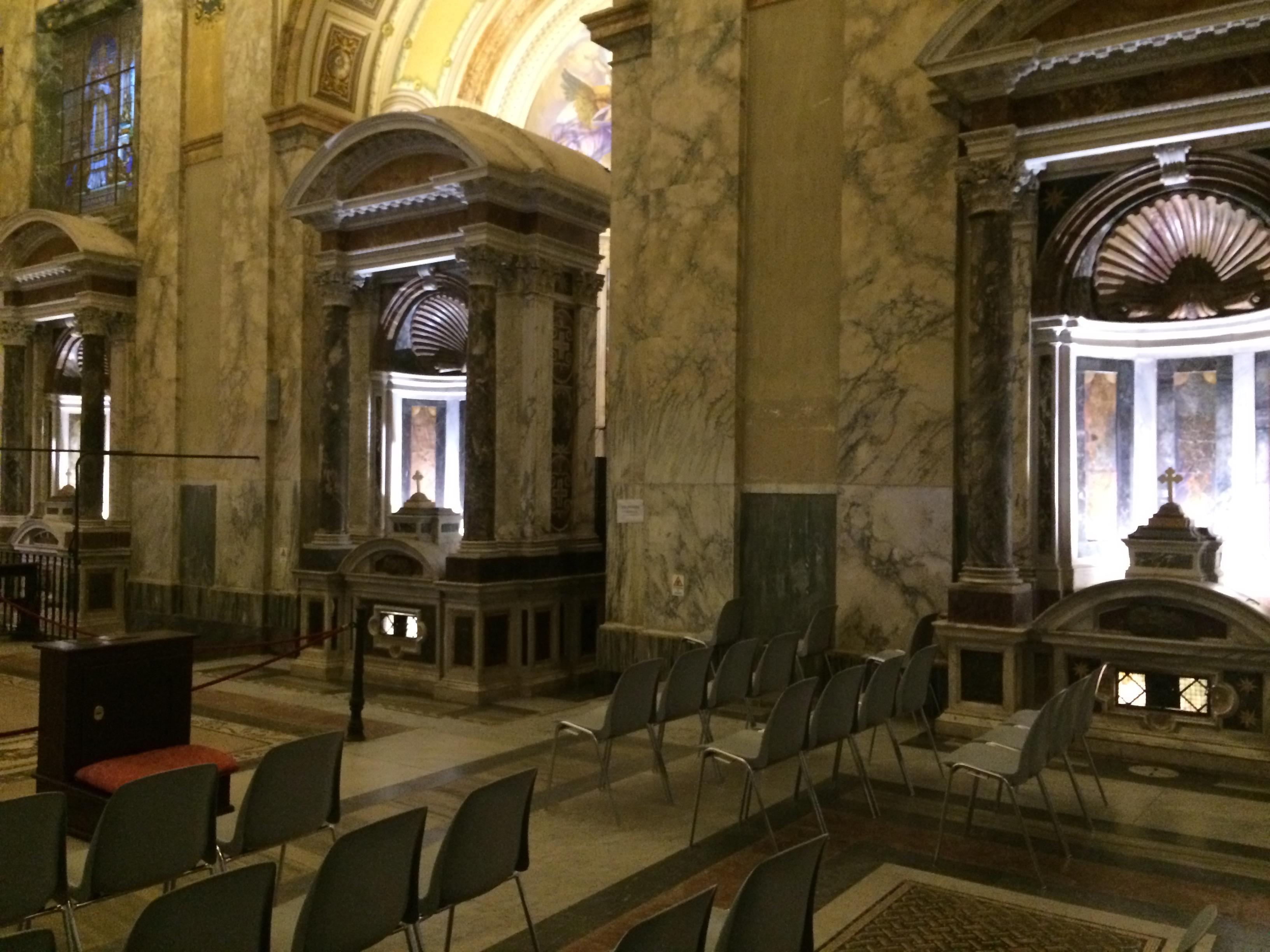 Stupňovité riešenie priečnej kompozície chrámového priestoru v San Paolo alle Tre Fontane späté s rôznou výškou troch prameňov
